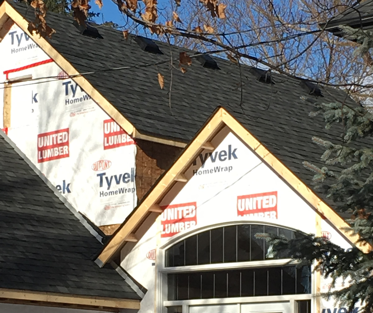 Findlay Roofing completing the roof on a new home construction